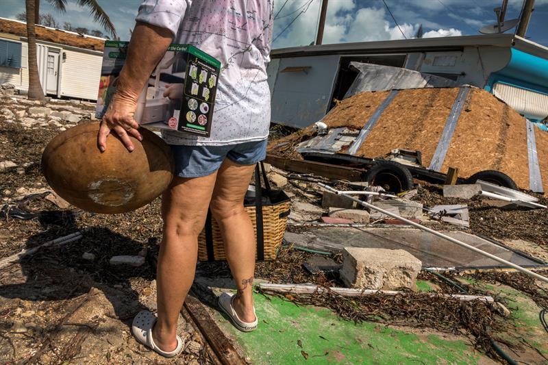Un residente recolecta los restos útiles tras el paso del huracán Irma. Imagen del miércoles 13 de septiembre de 2017, en Marathon, los Cayos de Florida. Foto: Cristóbal Herrera / EFE.