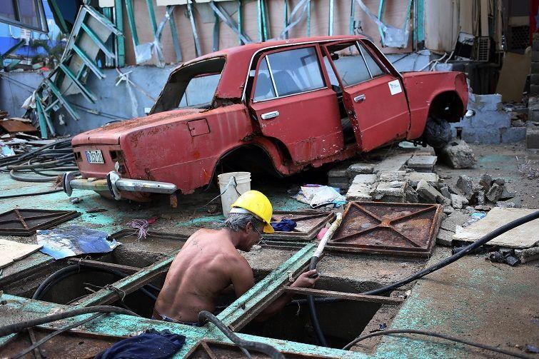 Obreros trabajan en la rehabilitación de las redes telefónicas en las zonas afectadas por el paso del huracán Irma, hoy miércoles, 13 de septiembre, en la Habana. Unas 4.288 viviendas resultaron dañadas durante el paso del poderoso huracán Irma por La Habana, donde ocurrieron 157 derrumbes totales y 986 parciales, según reportes oficiales preliminares publicados hoy. Foto: Alejandro Ernesto / EFE.