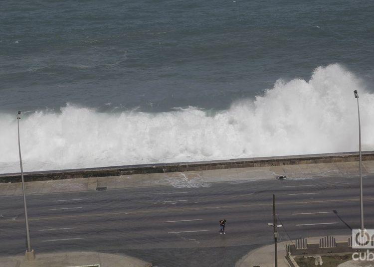 Todavía este martes el mar mostraba su furia en el malecón habanero. Foto: Claudio Pelaez Sordo.