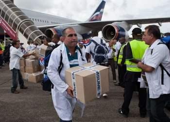 Médicos cubanos del Contingente Henry Reeve en una de sus misiones anteriores. Foto: Florian Plaucheur / France-Presse-Getty Images.