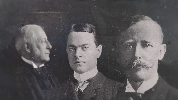 De izquierda a derecha Charles W. Elliot, rector de la Universidad de Harvard, Clarence Mann, administrador de la Escuela de Verano y Alexis E. Frye, superintendente de Escuelas en Cuba por nombramiento del ejército norteamericano.