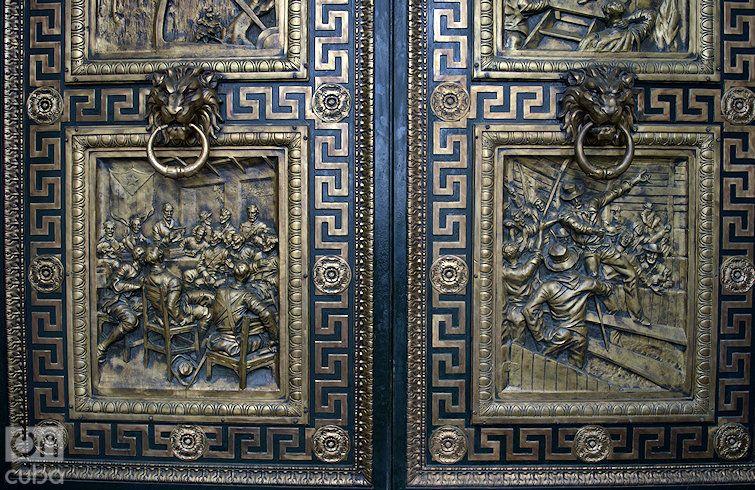 En las puertas de bronce se esculpieron a relieve algunos momentos importantes de nuestra historia. Foto: Otmaro Rodríguez.
