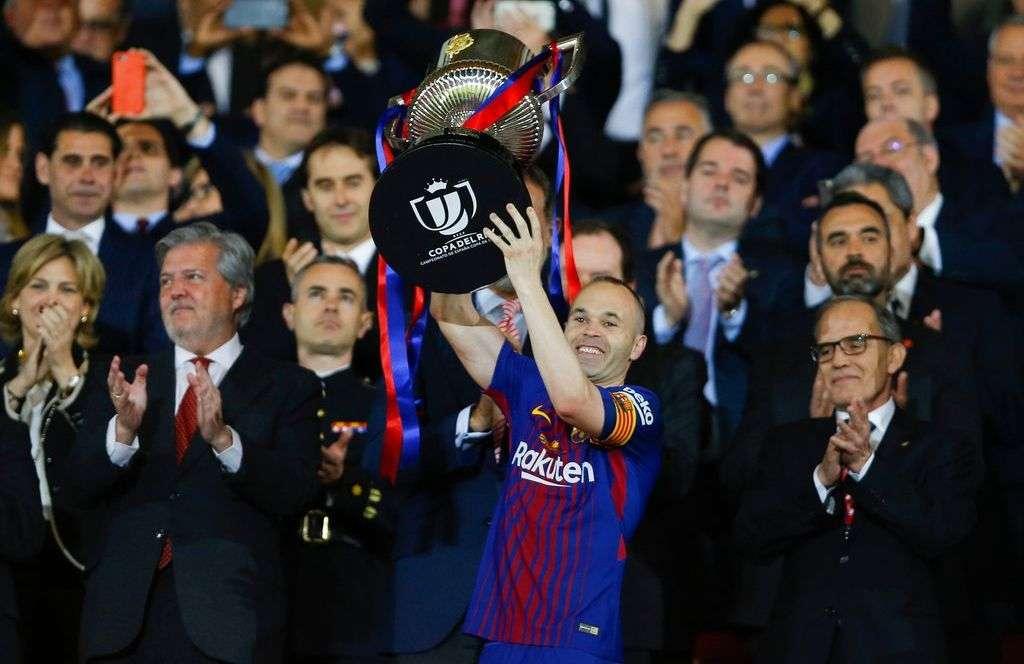 Andrés Iniesta, del Barcelona, levanta la Copa del Rey, tras derrotar al Sevilla en la final. Foto/Francisco Seco.