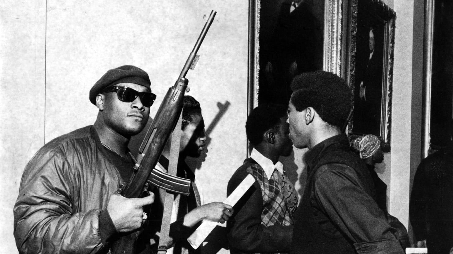 """Los Panteras Negras: """"Todo el poder al pueblo""""."""