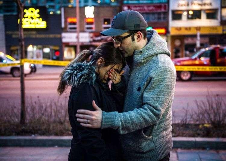 Testigos de los momentos posteriores a un atropello masivo que dejó varios muertos en Toronto. Foto: Aaron Vincent Elkaim / The Canadian Press vía AP.