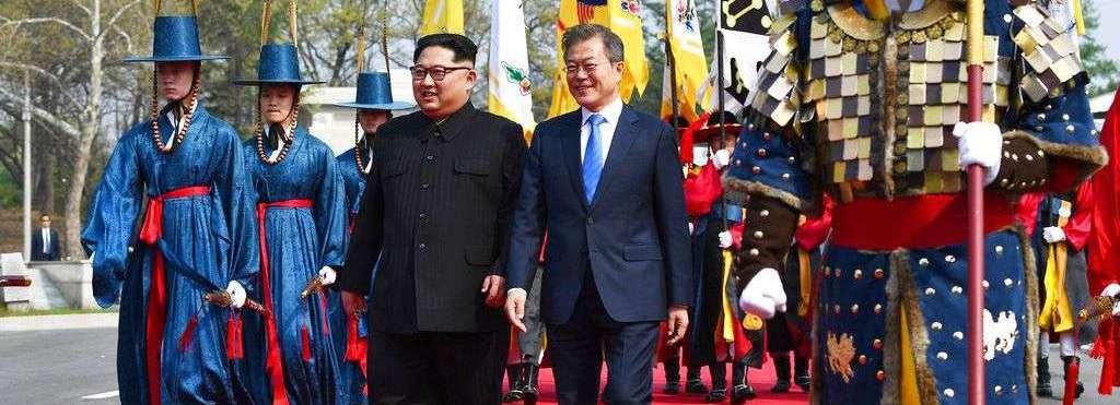 Kim Jong Un (izquierda), y el presidente de Corea del Sur, Moon Jae-in, caminan juntos por la localidad fronteriza de Panmunjom. Foto: Cumbre de Corea Press Pool via AP.