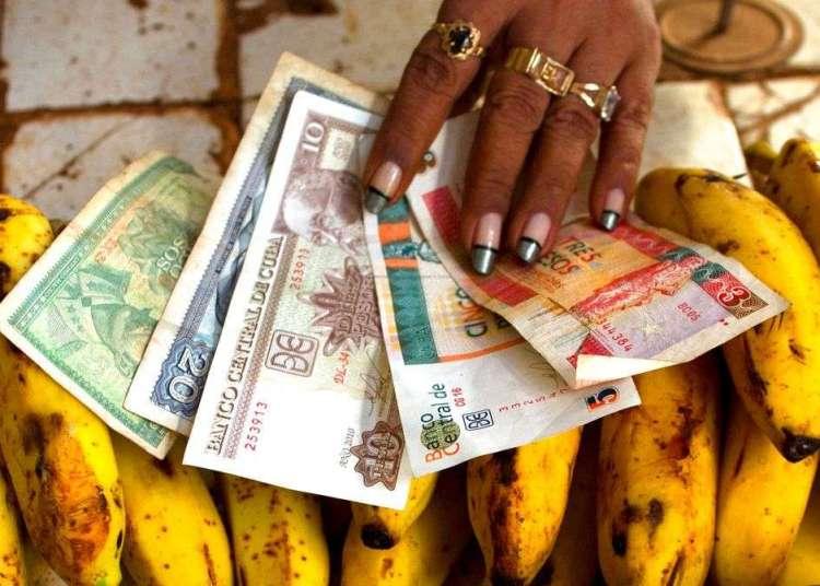 Pesos convertibles y pesos cubanos regulares. Foto: Ramón Espinosa / AP.