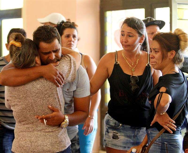 Familiares de las víctimas en el Hotel Tulipán. Hasta el miércoles 23, han sido identificados los restos de 58 víctimas. Foto: EFE.