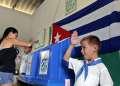 Un niño saluda mientras una mujer vota en las elecciones en Cuba. Foto: Alejandro Ernesto / EFE / Archivo.