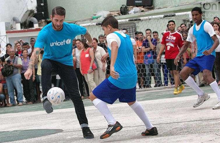 Sergio Ramos, capitán del Real Madrid, jugando fútbol callejero en La Habana en 2015. Foto: Otmaro Rodríguez.