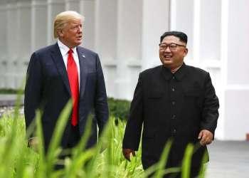 El presidente de Estados Unidos, Donald Trump, y el líder de Corea del Norte, Kim Jong Un, caminan por el balneario Capella, en la isla de Sentosa, tras una comida de trabajo, el 12 de junio de 2018 en Singapur. Foto: Evan Vucci / AP.