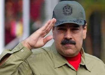El presidente venezolano Nicolás Maduro saluda a su llegada al desfile militar para conmemorar el 16to aniversario del regreso al poder del fallecido presidente Hugo Chávez tras un golpe de Estado fallido en 2002. Foto: Foto: Ariana Cubillos / AP.