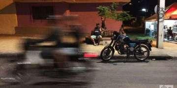 Santiago de Cuba se convirtió en la ciudad de las motos, y hoy a cualquier hora del día están disponibles, con carreras que varían entre 10 y 20 pesos. Foto: Emmanuel Martín.
