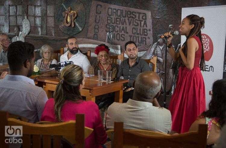 """La cantante Yulaysi Miranda agradece el haber cantado junto a Omara Portuondo en el disco """"Omara siempre"""". Foto: Otmaro Rodríguez."""