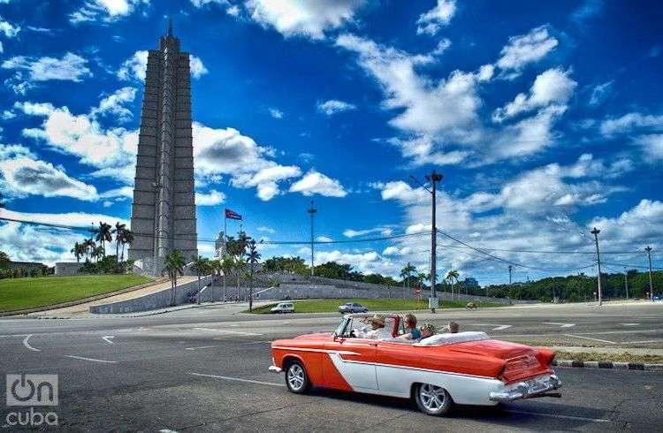 Turistas en la Plaza de La Revolución José Martí, La Habana, Cuba. Foto: Otmaro Rodríguez.