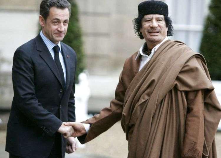El entonces presidente de Francia, Nicolas Sarkozy (izquierda), da la mano al líder libio Moamar Gadafi a su llegada al Palacio del Elíseo, en París, en 2007. Foto: Francois Mori / AP.