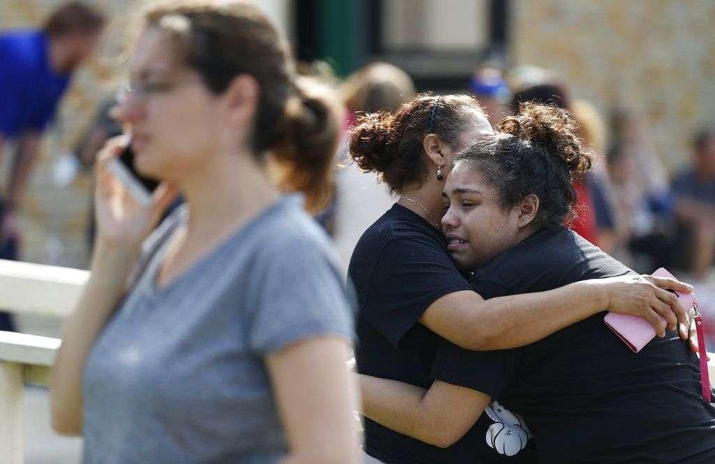 La estudiante de la Santa Fe High School Guadalupe Sánchez, de 16 años, llora abrazada por su madre, Elida Sánchez, al encontrarse tras un tiroteo en la escuela que dejó varios muertos y heridos. Foto: Michael Ciaglo / Houston Chronicle vía AP.