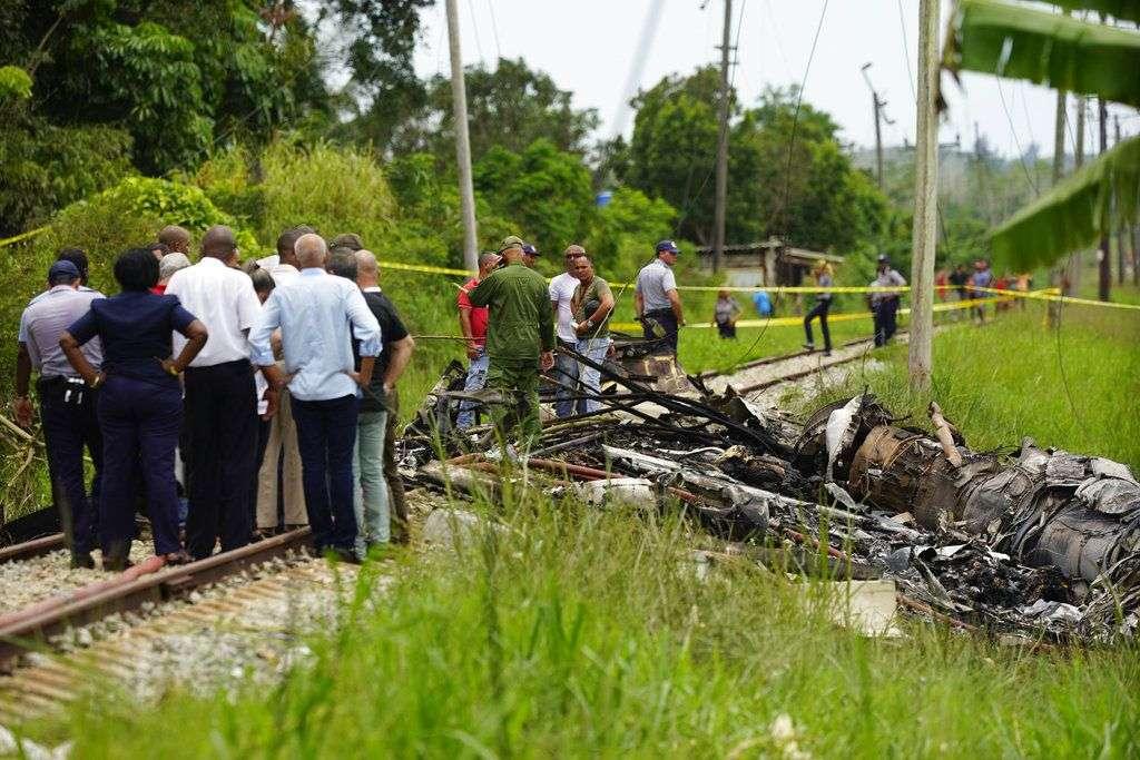 Trabajadores de rescate y autoridades cubanas donde cayó el Boeing 737 de la aerolínea mexicana Global Air, en La Habana. Foto: Ramón Espinosa / AP / Archivo.