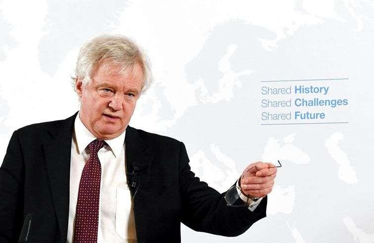 El principal negociador británico del Brexit, David Davis, habla en Viena este martes 20 de febrero de 2018, durante una gira por las capitales europeas en busca de acuerdos comerciales y de seguridad. Foto: Roland Schlager / Pool vía AP.