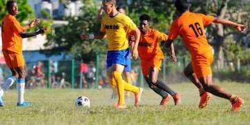 Ciego de Ávila (de amarillo), primero del Grupo 3, y Villa Clara (naranja), último del torneo, han sido las dos caras de la moneda en la primera fase de la Liga Cubana de Fútbol. Foto: Alejandro García / Invasor.