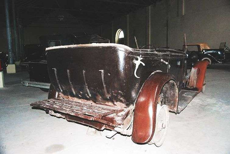 El Fiat que Flor manejaba. A la derecha, un impacto de bala. Se conserva actualmente en el Museo del Automóvil, La Habana Vieja.