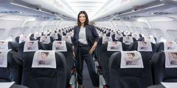 Laura Pausini presentó su nuevo disco en un avión de Alitalia y anunció que viajará a Cuba en dos semanas. Foto: @LauraPausini / Twitter.