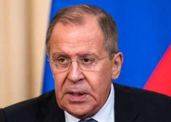 El canciller ruso Serguei Lavrov habla con la prensa en Moscú, viernes 13 de abril de 2018. Foto: Sergei Poliakov/AP.