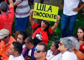 Seguidores de Lula declaran su inocencia y exigen su liberación frente a la sede del sindicato de trabajadores del metal en Sao Bernardo do Campo, Brasil. Foto: Nelson Antoine / AP.