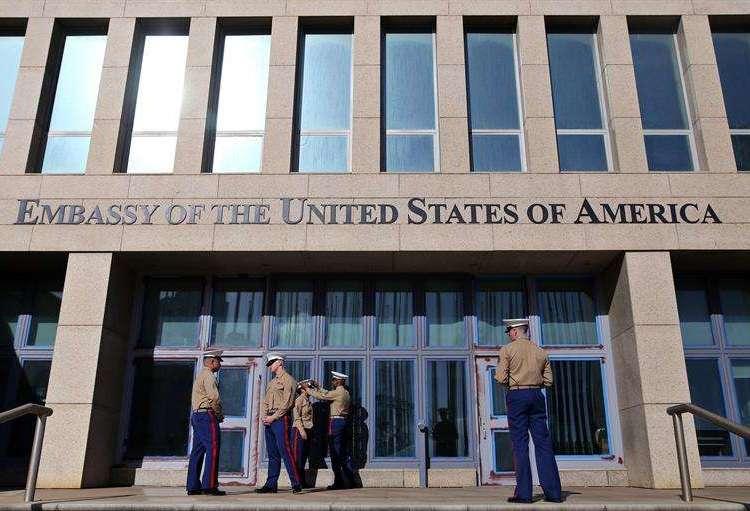 Varios marines del ejército estadounidense prestan guardia en la entrada de la embajada de Estados Unidos en Cuba, durante visita de congresistas a La Habana en febrero de 2018. Foto: Alejandro Ernesto / EFE.