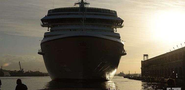Marina, uno de los barcos de la compañía, en el puerto de La Habana. Foto: Alain L. Gutiérrez.