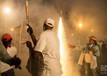 Fuegos artificiales en las Parrandas de Remedios. Foto: Yariel Valdés.