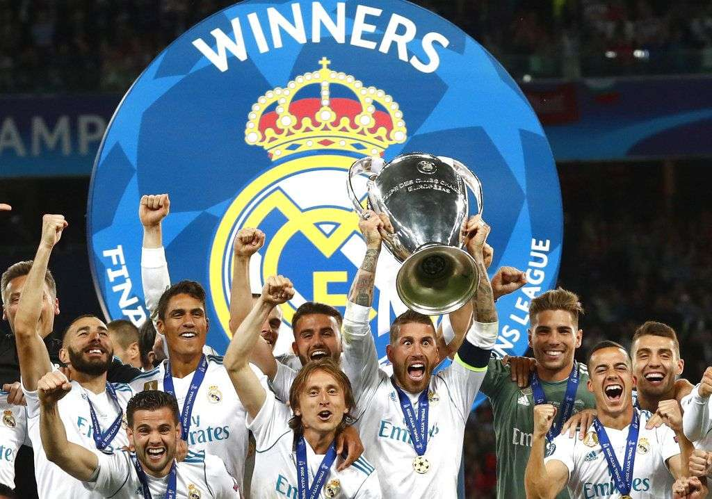 Los jugadores del Real Madrid festejan tras ganar la Liga de Campeones de Europa al vencer 3-1 al Liverpool en la final en Kiev. Foto: Matthias Schrader/AP.