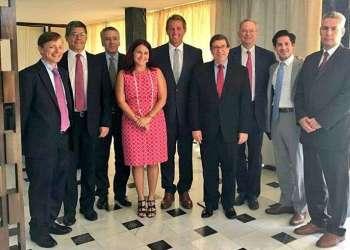 El canciller cubano, Bruno Rodríguez (cuarto de derecha a izquierda) junto a Eric Schmidt, presidente ejecutivo de Google (tercero de derecha a izquierda) y el senador Jeff Flake (quinto de izquierda a derecha), entre otros asistentes al encuentro de este lunes en la Cancillería de la Isla. Foto: @CubaMINREX / Twitter.