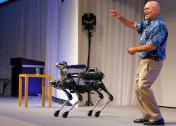 El director general de Boston Dynamics, Marc Raibert, habla sobre su robot de cuatro patas SpotMini durante una presentación de SoftBank World en un hotel en Tokio en 2017. Foto: Shizuo Kambayashi / Archivo.