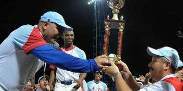 Roger Machado (izq) recibe el trofeo de campeón de Ciego de Ávila en la Serie Nacional 51. Foto: Marcelino Vázquez / AIN.