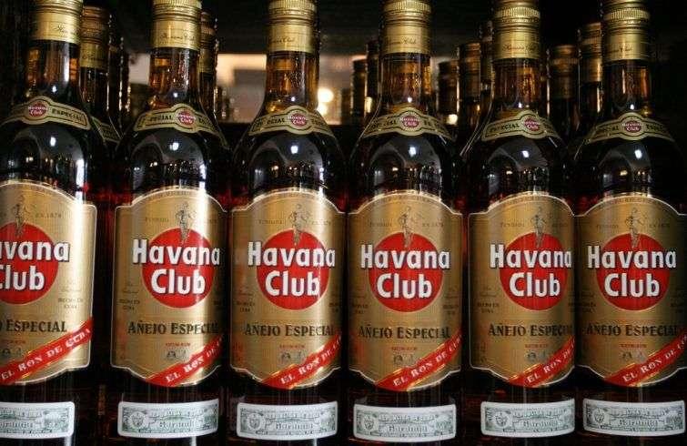Hoy en Cuba importamos aire (latas y botellas) para vender luego cervezas en el mercado nacional y rones en el mercado nacional y extranjero. Foto: Chris Brown / Flickr.
