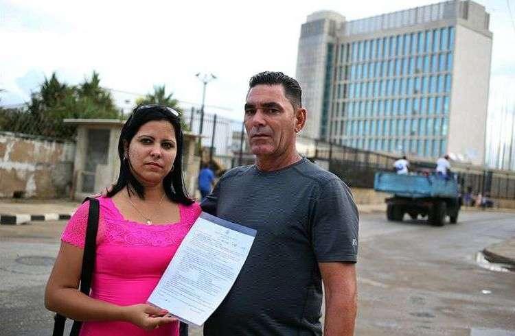 Ramón Miguel Rodríguez y su esposa Leoany Vázquez frente a la embajada de los Estados Unidos en La Habanaen busca de información sobre sus trámites migratorios en octubre de 2017. Foto: Alejandro Ernesto / EFE.