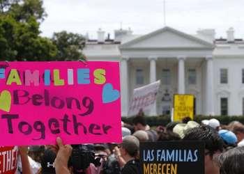Activistas protestan el sábado 30 de junio de 2018 frente a la Casa Blanca, contra la política migratoria del gobierno de Donald Trump que ha separado a miles de niños migrantes de sus padres. Foto: Alex Brandon / AP