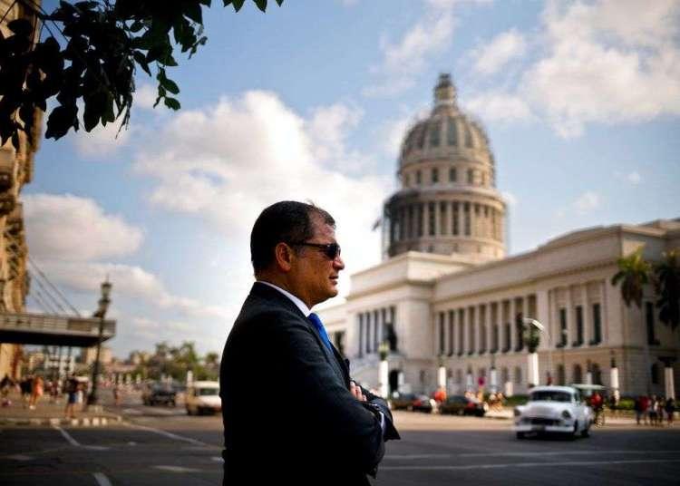 El expresidente ecuatoriano Rafael Correa frente a El Capitolio de La Habana, en 2018. Foto: Ramon Espinosa / AP / Archivo.