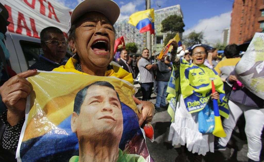 Simpatizantes del ex presidente protestan frente a la Corte Suprema en Quito. Foto: Dolores Ochoa / AP.
