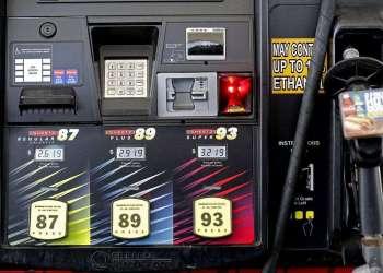 Los precios de la gasolina exhibidos en una estación cerca de Burlington, Carolina del Norte, junio de 2014. Foto: Gerry Broome / AP.