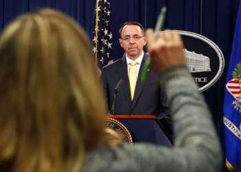 Una reportera busca hacer una pregunta al subfiscal general Rod Rosenstein. Foto: Jacquelyn Martin/AP.