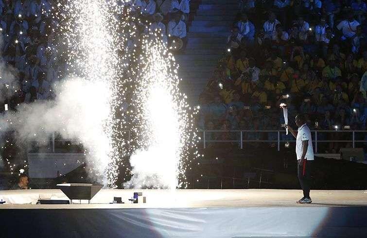 El exbeisbolista colombiano de Grandes Ligas Édgar Rentería carga la antorcha de los XXIII Juegos Centroamericanos y del Caribe durante su ceremonia de apertura en el estadio Metropolitano Roberto Meléndez de Barranquilla. Foto: Carlos Durán Aráujo / EFE.