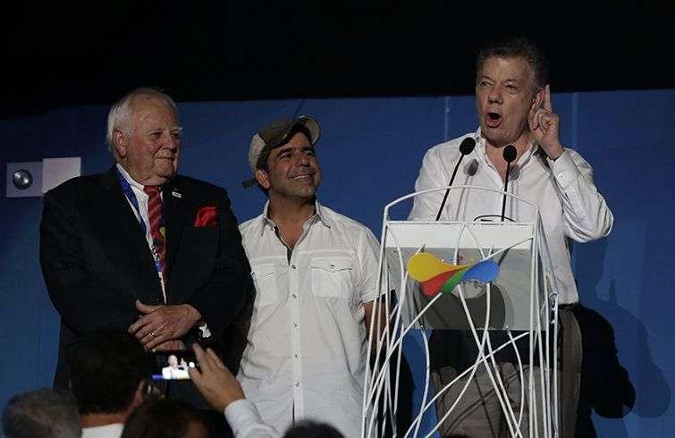 El presidente de Colombia Juan Manuel Santos (d) habla junto al alcalde de Barranquilla, Alejandro Char (c), y el presidente de la Organización Deportiva Panamericana (Odecabe), Steve Stoute, en la ceremonia de apertura de los XXIII Juegos Centroamericanos y del Caribe este jueves 19 de julio de 2018, en Barranquilla, Colombia. Foto: Ricardo Maldonado / EFE.