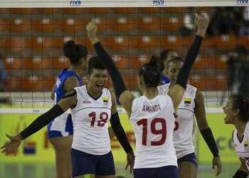 Jugadoras colombianas celebran en su triunfo ante Cuba en la Copa Panamericana de Voleibol, en Santo Domingo, República Dominicana. Foto: Orlando Barría / EFE.