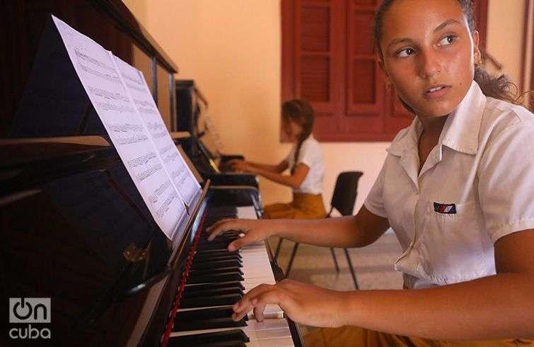 """Estudiante de piano de la Escuela de Arte """"Leonardo Luberta Noy"""", de la Isla de la Juventud. Foto: Christopher Baker."""