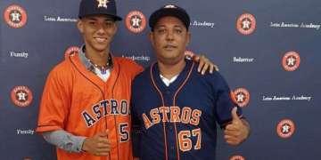 Frank Pérez (izq) tras la firma con los Astros de Houston. Foto: pelotacubanablog.com