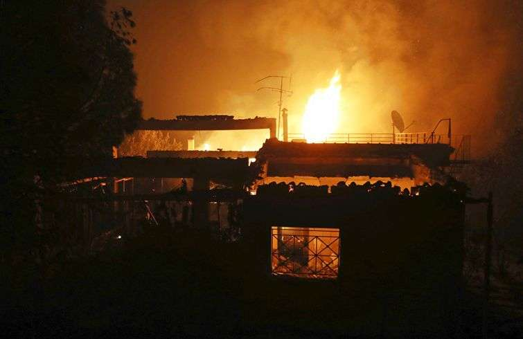 Una casa arde en la localidad de Mati, al este de Atenas, el 23 de julio de 2018. Foto: Thanassis Stavrakis / AP.