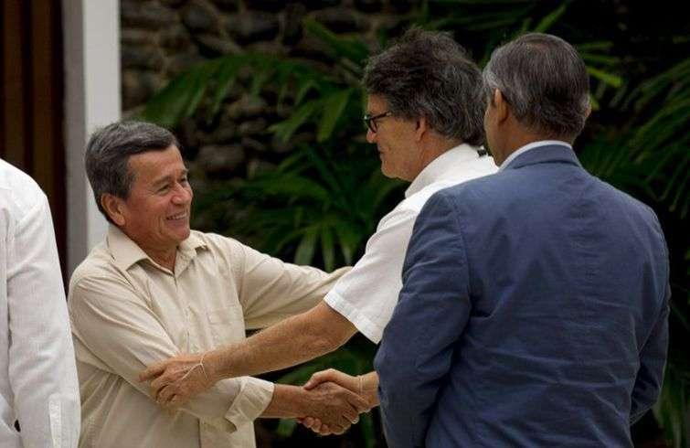 El principal negociador de la guerrilla Ejército de Liberación Nacional (ELN) Pablo Beltrán, (izquierda), y Gustavo Bell, el principal negociador del gobierno colombiano, estrechan la mano en el ciclo de diálogo celebrado en La Habana en mayo de 2018. Foto: Desmond Boylan / AP.