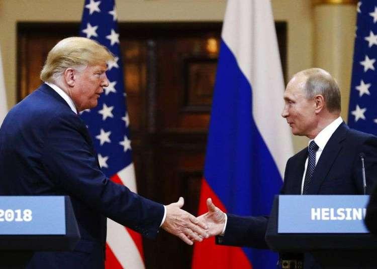 El presidente de Estados Unidos, Donald Trump, le estrecha la mano al presidente de Rusia, Vladimir Putin, al finalizar la conferencia de prensa luego de su reunión en el Palacio Presidencial de Helsinki, Finlandia, el lunes 16 de julio de 2018. Foto: Alexander Zemlianichenko/AP.